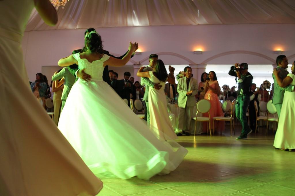 entrée mariés demoiselles d'honneur salle de récéption mariage Colonnades Mamitiana & Tatiana (7)