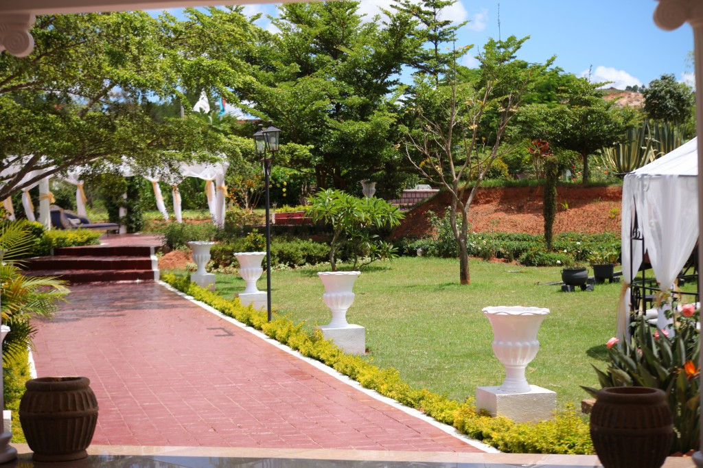 Déco-externe-mariage-espace-Colonnades-Antananarivo-Niavo & Fepy (2)
