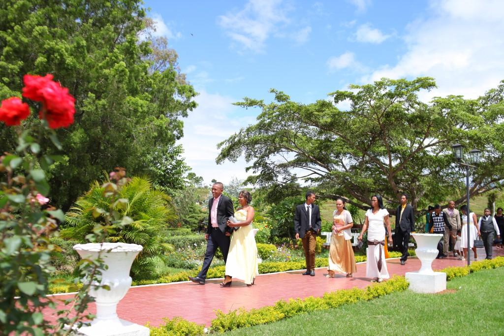Mariage-espace-colonnades-Miarana-Mitantsoa-arrivée-invités (1)