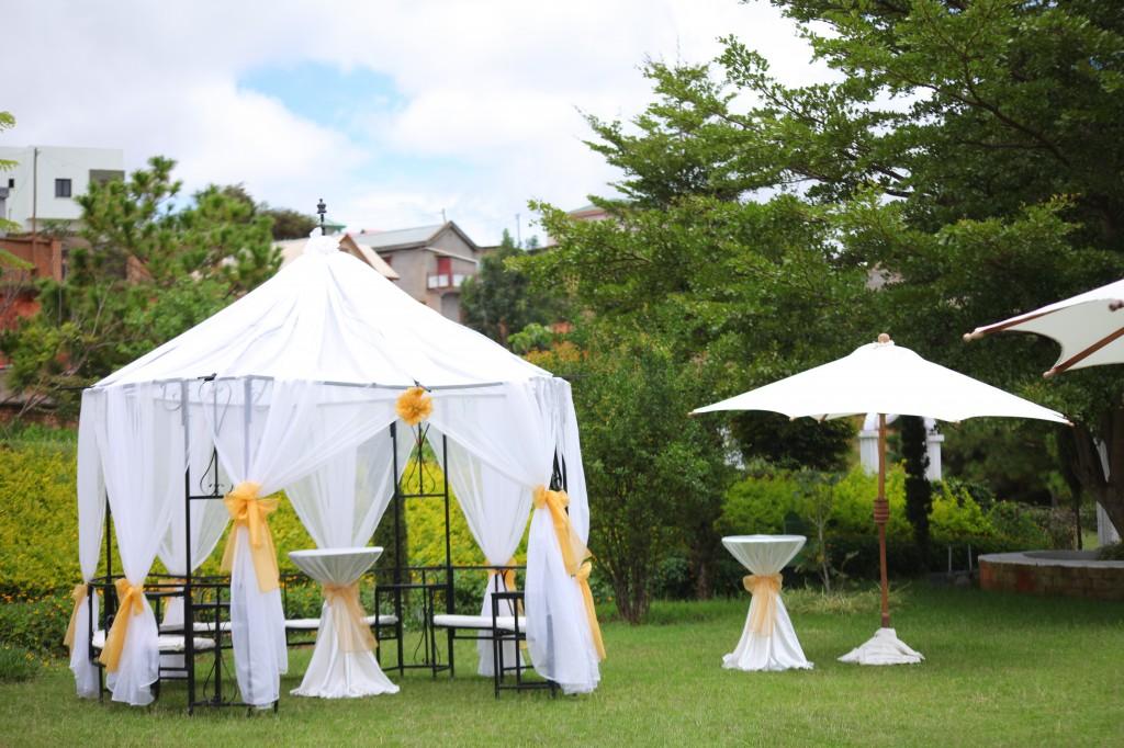 Mariage-espace-colonnades-Miarana-Mitantsoa-décoration-jardin (7)