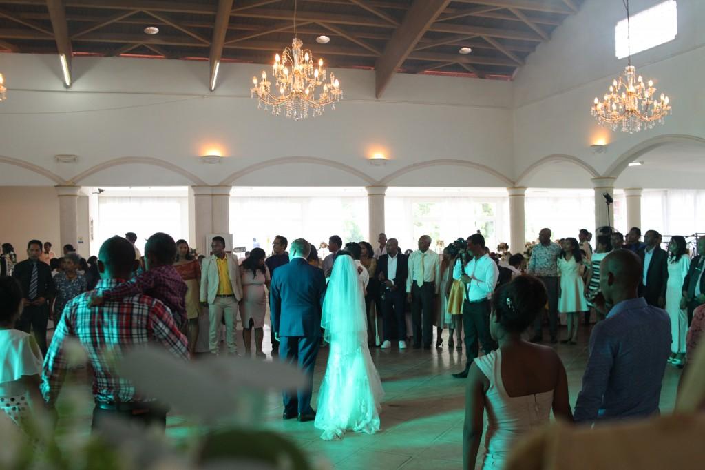 Ambiance-salle-mariage-mixte-américano-malgache-Carl-Zo-espace-colonnades (10)