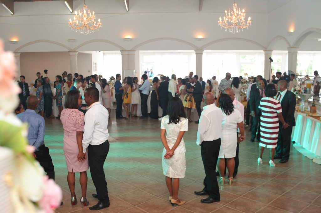 Ambiance-salle-mariage-mixte-américano-malgache-Carl-Zo-espace-colonnades (11)