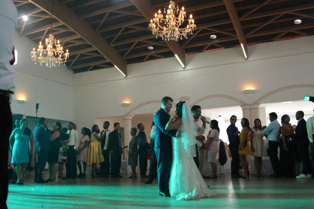 Ambiance-salle-mariage-mixte-américano-malgache-Carl-Zo-espace-colonnades (12)