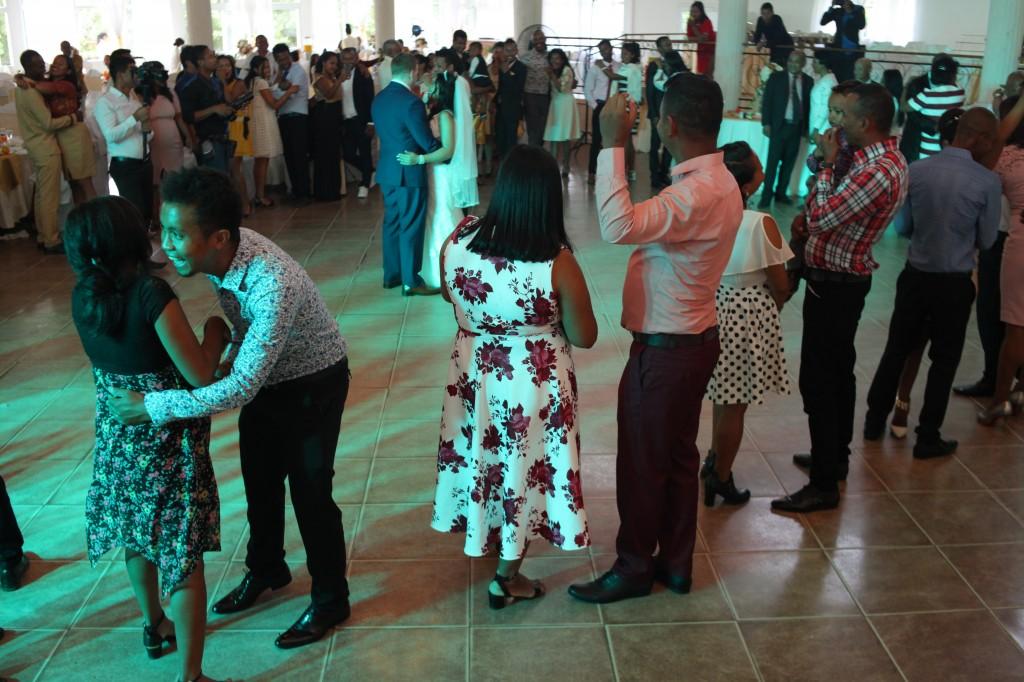 Ambiance-salle-mariage-mixte-américano-malgache-Carl-Zo-espace-colonnades (13)