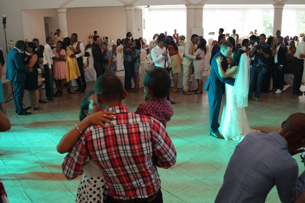 Ambiance-salle-mariage-mixte-américano-malgache-Carl-Zo-espace-colonnades (14)