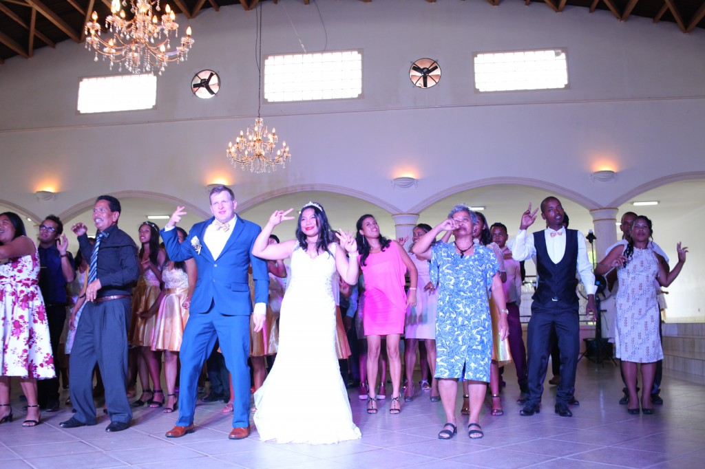 Ambiance-salle-mariage-mixte-américano-malgache-Carl-Zo-espace-colonnades (16)