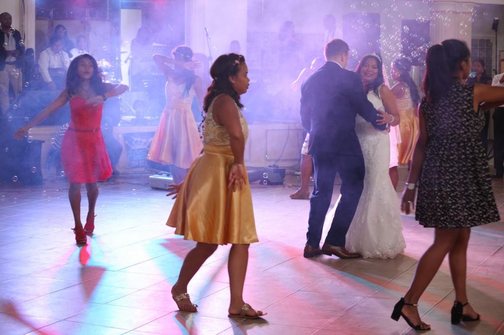 Ambiance-salle-mariage-mixte-américano-malgache-Carl-Zo-espace-colonnades (3)