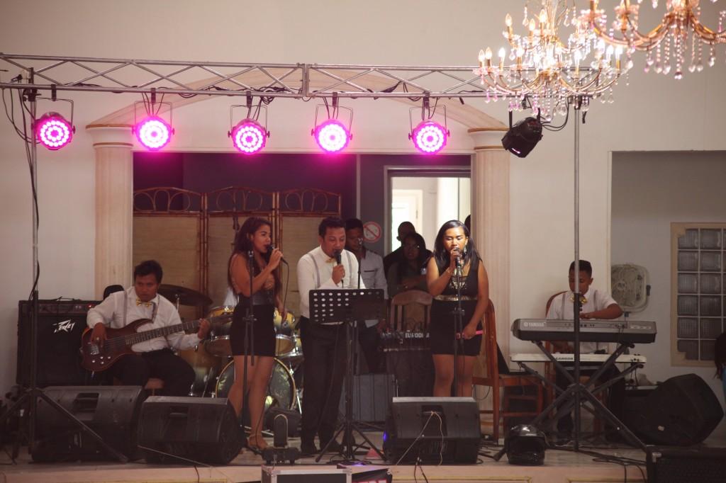 Ambiance-salle-mariage-mixte-américano-malgache-Carl-Zo-espace-colonnades (5)