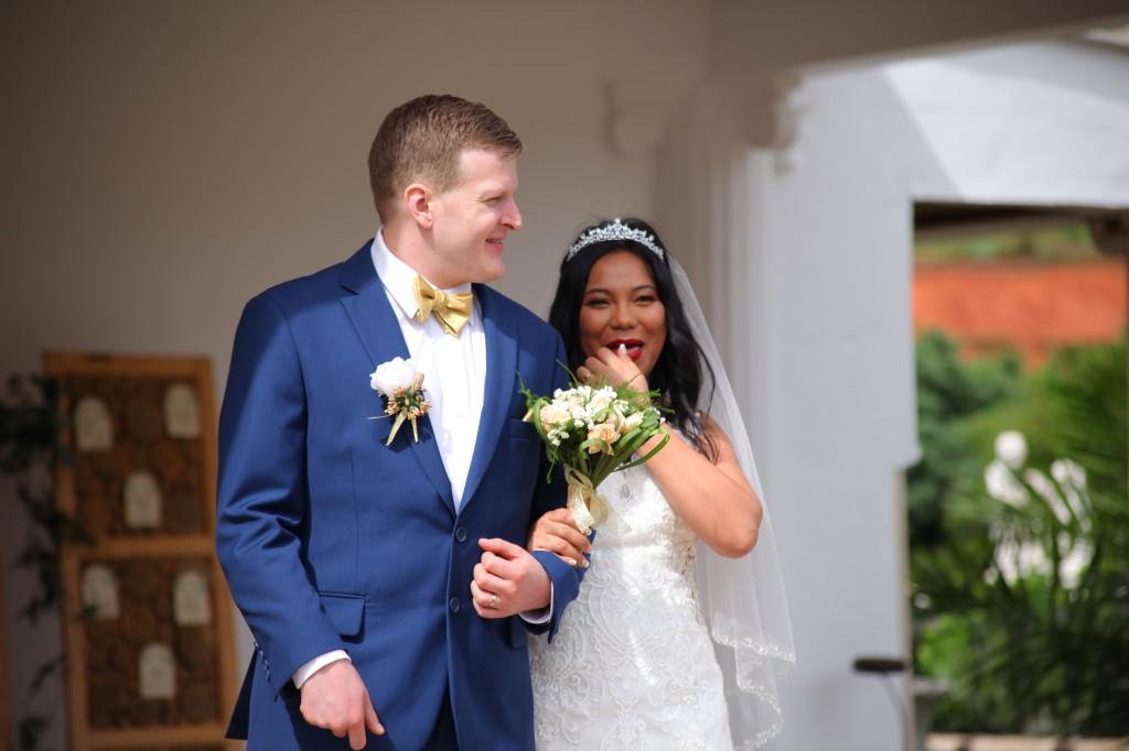 Arrivée-mariés-mariage-mixte-américano-malgache-Carl-Zo-espace-colonnades (10)