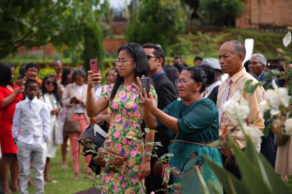 Arrivée-mariés-mariage-mixte-américano-malgache-Carl-Zo-espace-colonnades (11)
