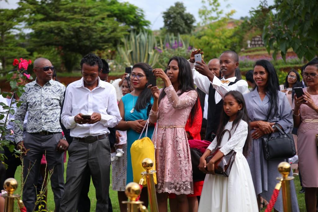 Arrivée-mariés-mariage-mixte-américano-malgache-Carl-Zo-espace-colonnades (12)
