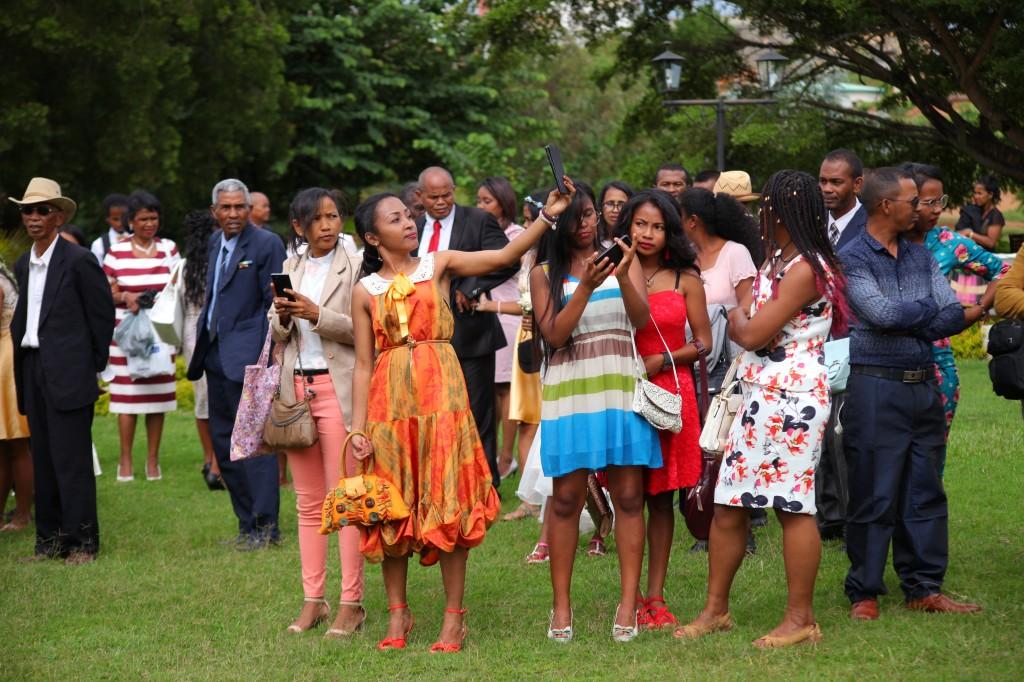 Arrivée-mariés-mariage-mixte-américano-malgache-Carl-Zo-espace-colonnades (3)