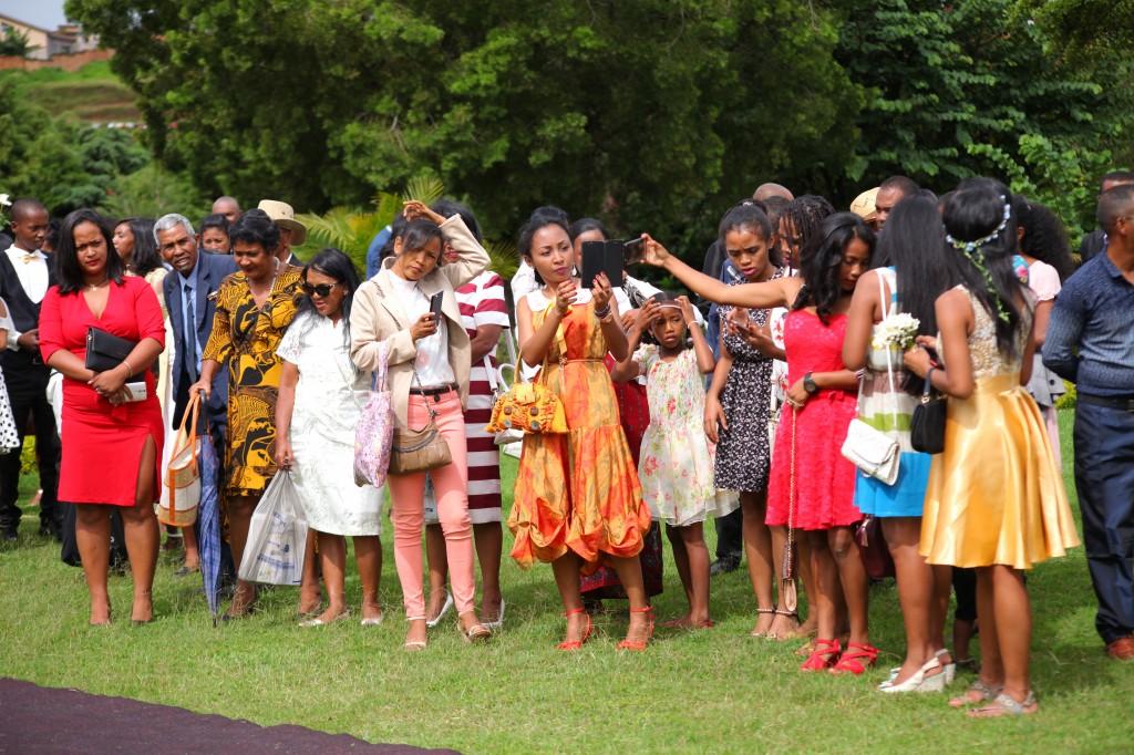 Arrivée-mariés-mariage-mixte-américano-malgache-Carl-Zo-espace-colonnades (4)