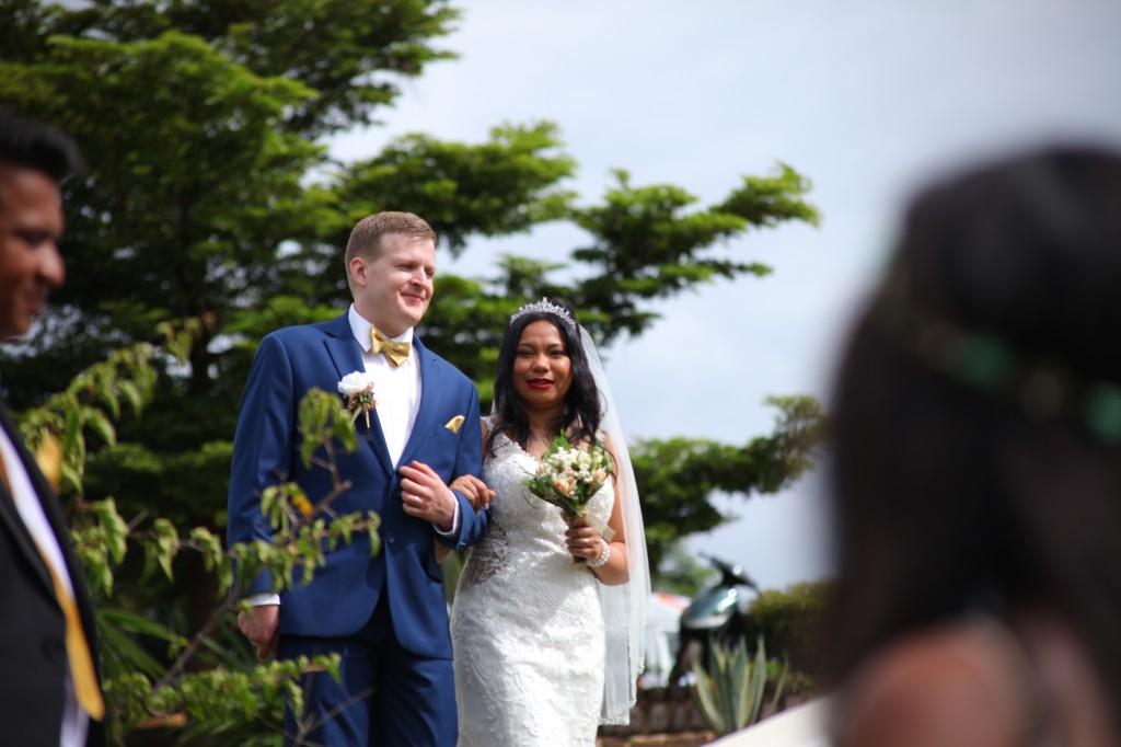 Arrivée-mariés-mariage-mixte-américano-malgache-Carl-Zo-espace-colonnades (5)
