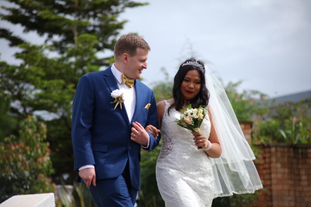 Arrivée-mariés-mariage-mixte-américano-malgache-Carl-Zo-espace-colonnades (6)