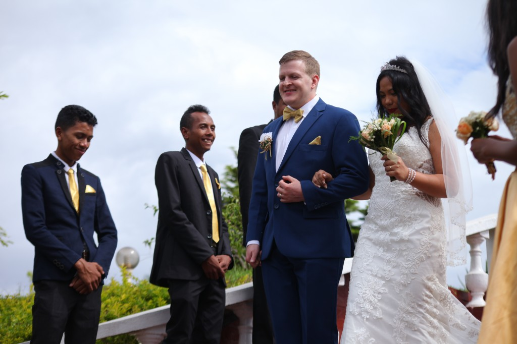 Arrivée-mariés-mariage-mixte-américano-malgache-Carl-Zo-espace-colonnades (8)