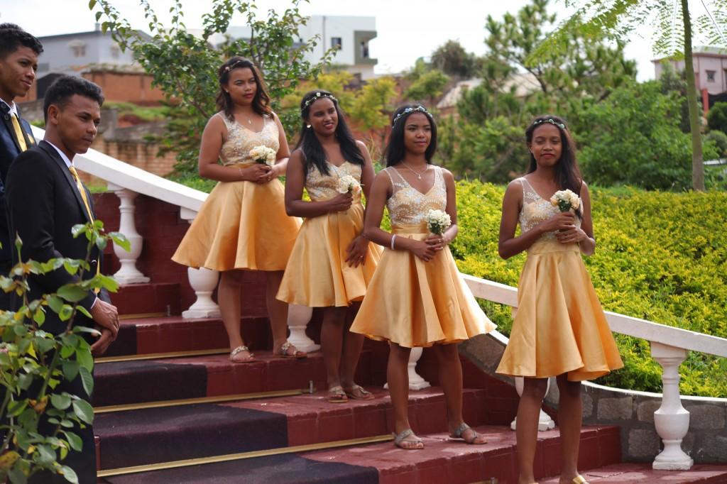 Arrivée-mariés-mariage-mixte-américano-malgache-Carl-Zo-espace-colonnades (9)