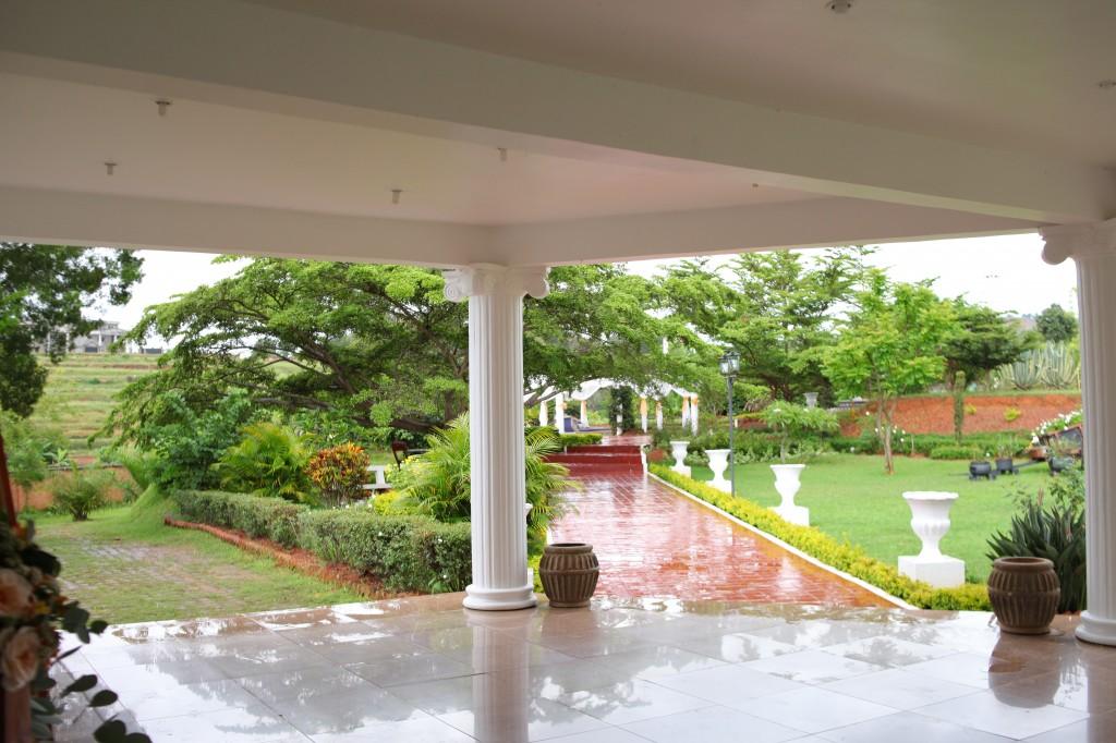 Extérieur-mariage-mixte-américano-malgache-Carl-Zo-espace-colonnades (2)
