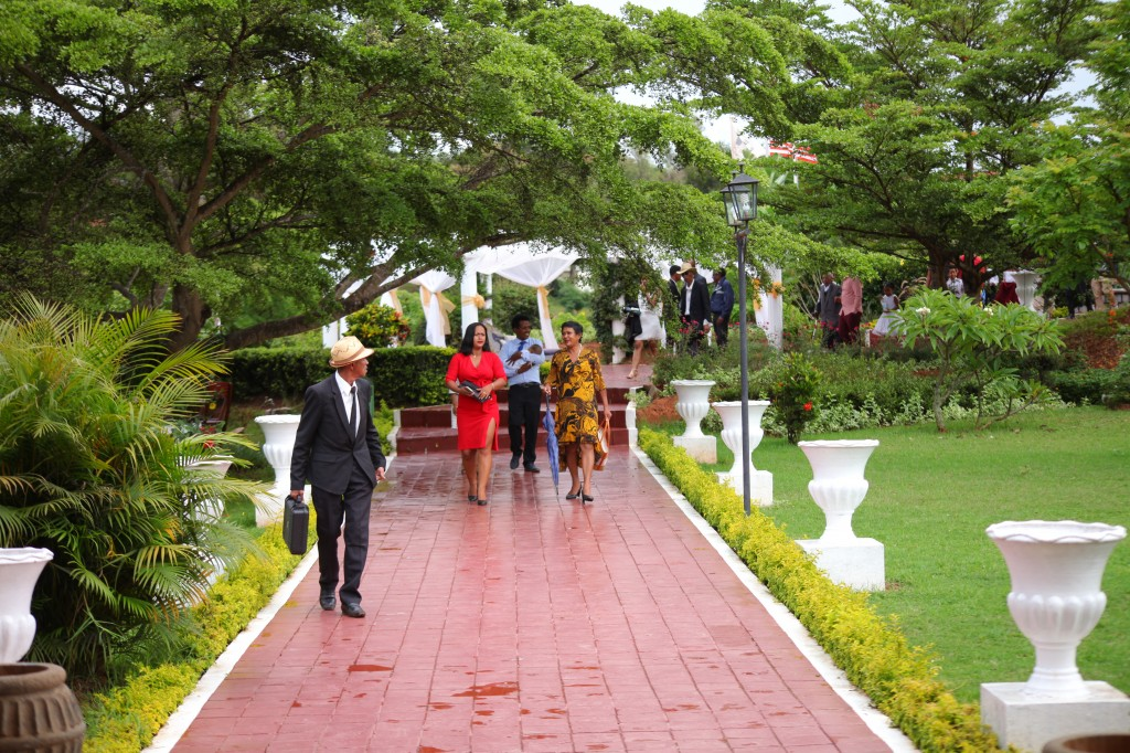 Extérieur-mariage-mixte-américano-malgache-Carl-Zo-espace-colonnades (4)