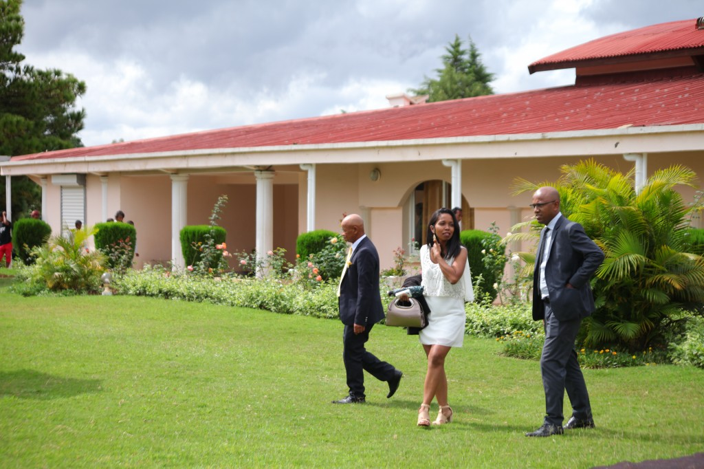 Extérieur-mariage-mixte-américano-malgache-Carl-Zo-espace-colonnades (7)