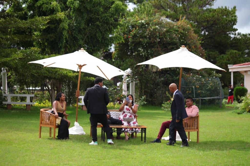 Extérieur-mariage-mixte-américano-malgache-Carl-Zo-espace-colonnades (8)