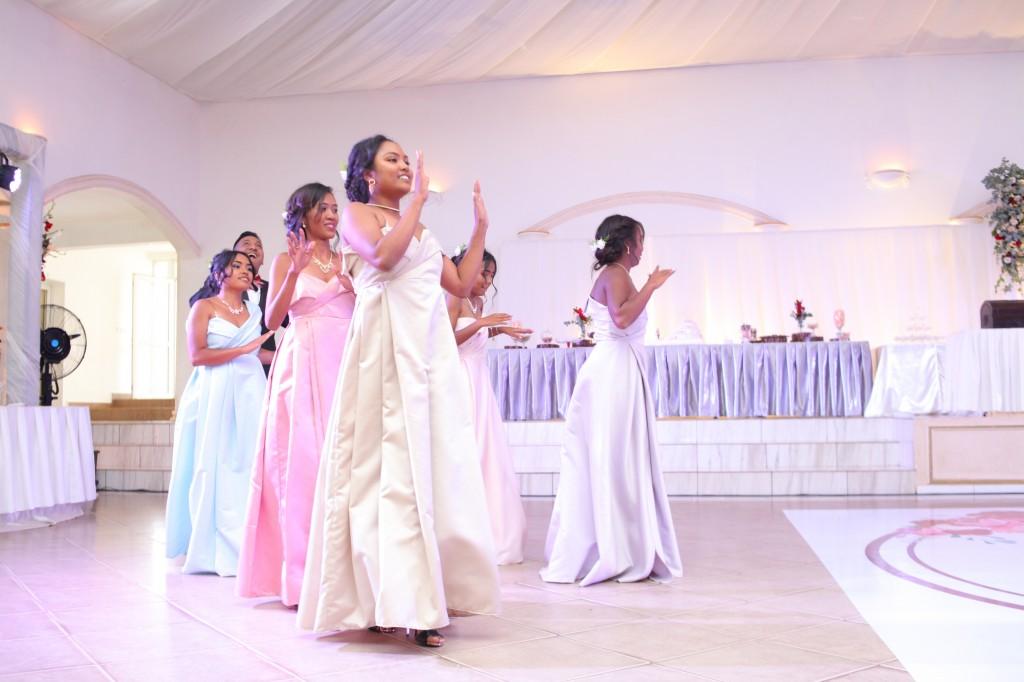 Mariage-espace-colonnades-Miarana-Mitantsoa-marche-nuptiale-ambiance-salle-de-reception (1)