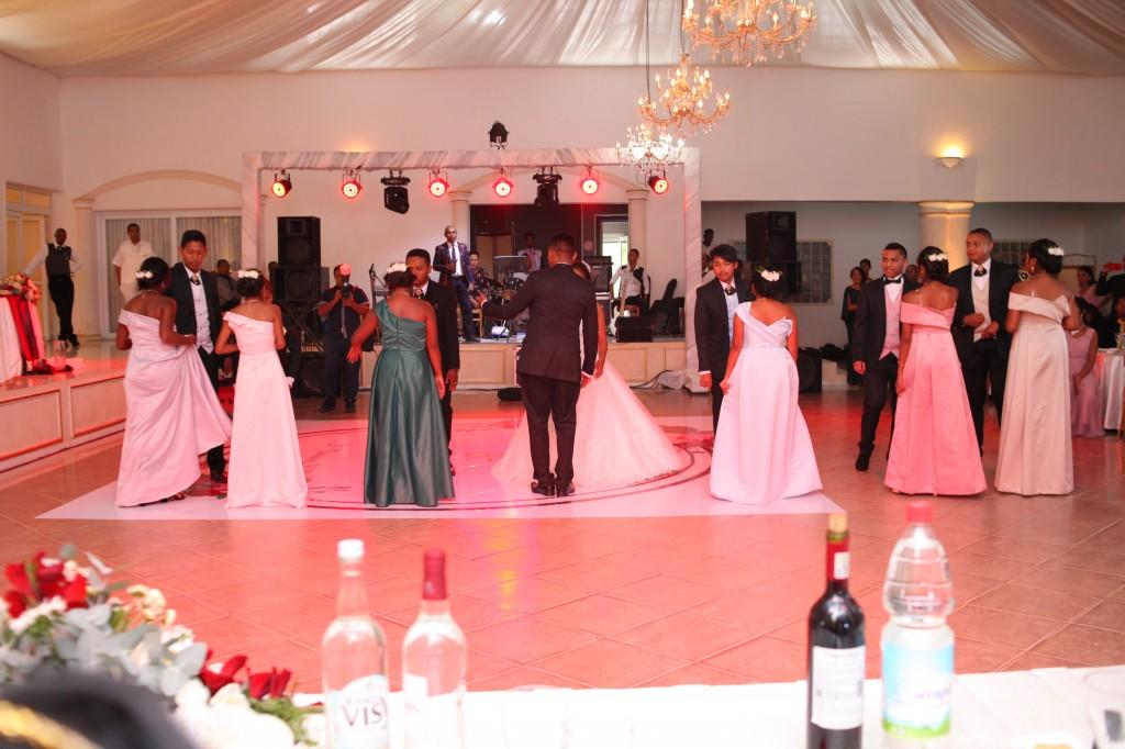 Mariage-espace-colonnades-Miarana-Mitantsoa-marche-nuptiale-ambiance-salle-de-reception (2)