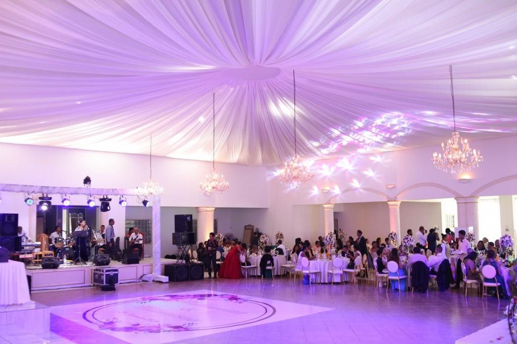 Mariage-espace-colonnades-Miarana-Mitantsoa-marche-nuptiale-ambiance-salle-de-reception (7)