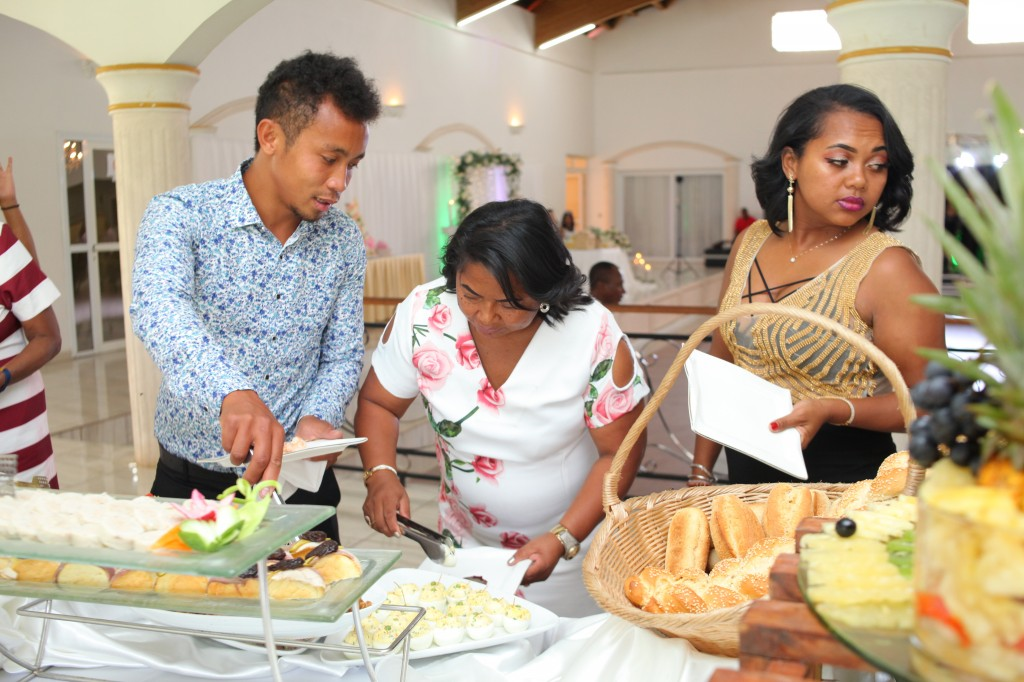 grand-buffet-mariage-mixte-américano-malgache-Carl-Zo-espace-colonnades (7)
