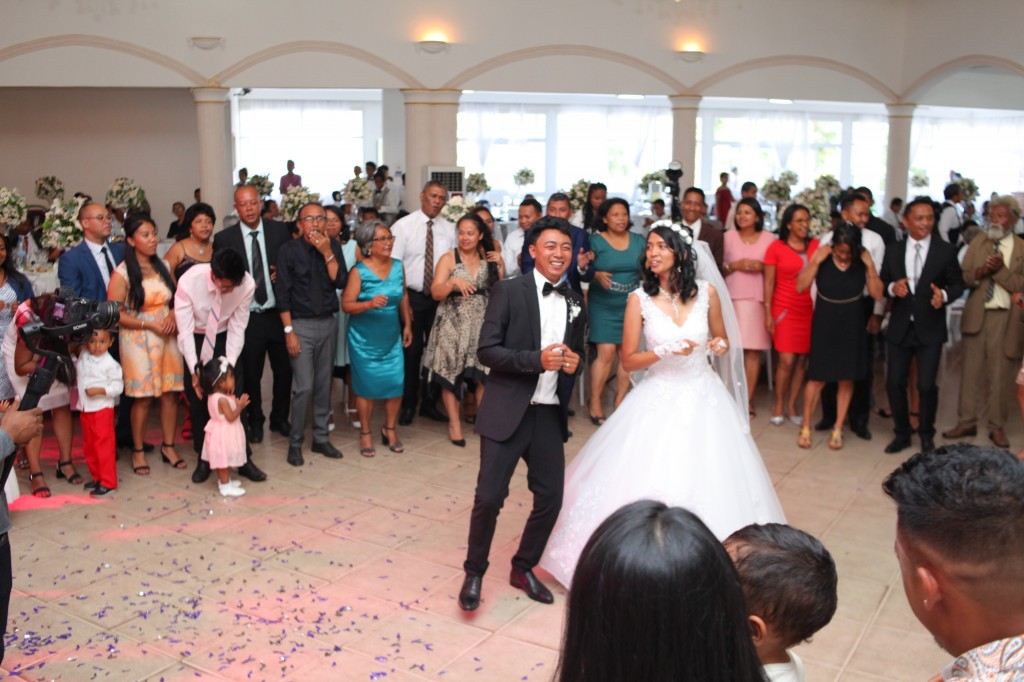 Ambiance-orchestre-salle-réception-mariage-Toavina-Mbola-espace-Colonnades (13)