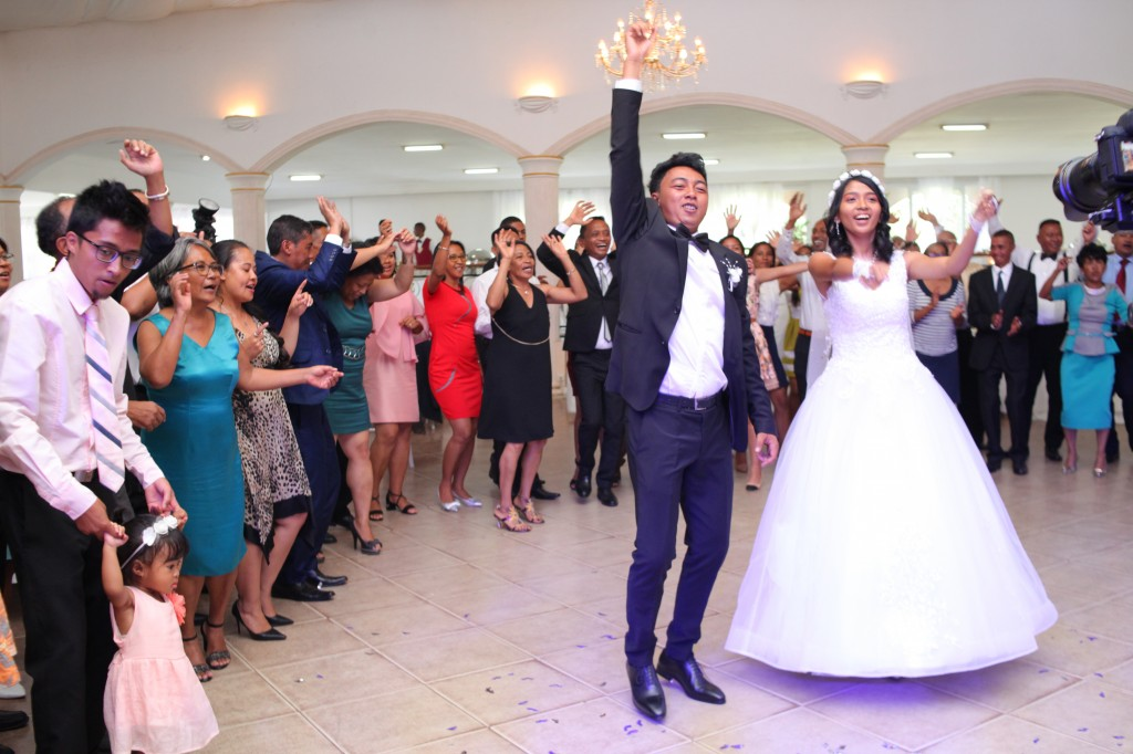 Ambiance-orchestre-salle-réception-mariage-Toavina-Mbola-espace-Colonnades (15)