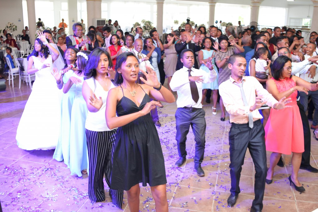 Ambiance-orchestre-salle-réception-mariage-Toavina-Mbola-espace-Colonnades (16)