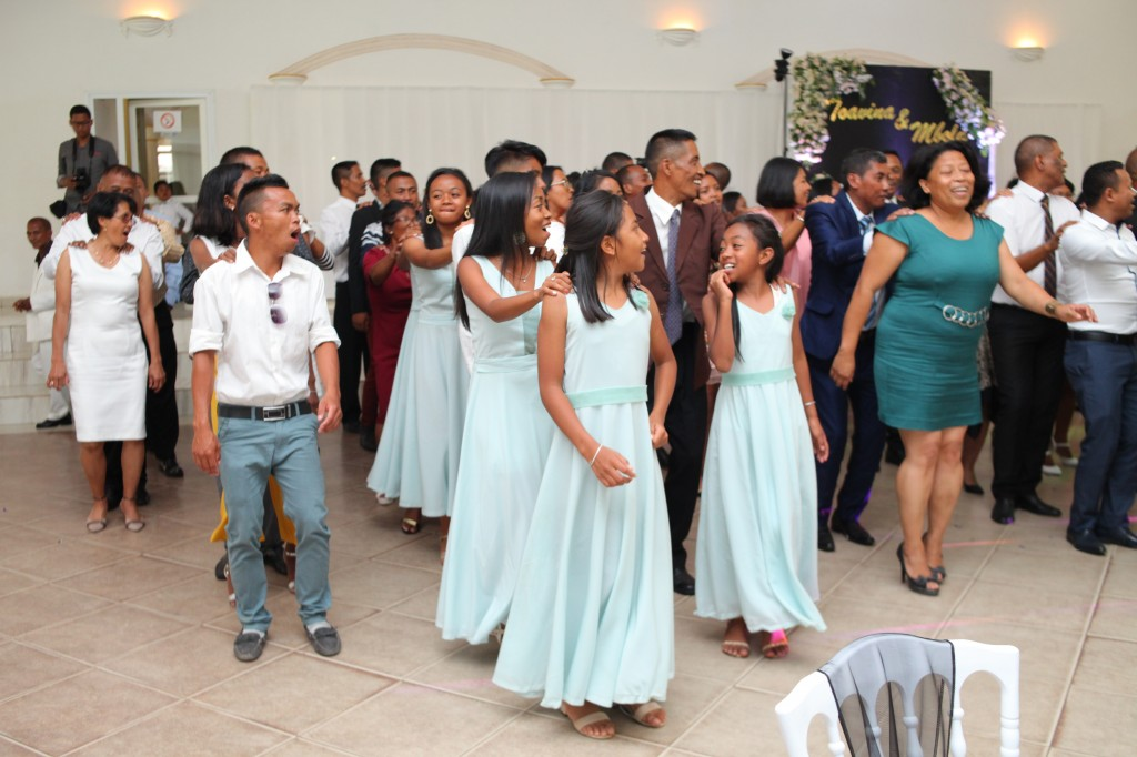 Ambiance-orchestre-salle-réception-mariage-Toavina-Mbola-espace-Colonnades (17)