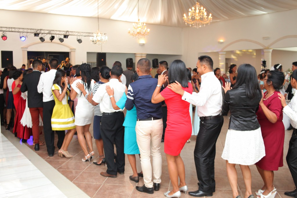 Ambiance-orchestre-salle-réception-mariage-Toavina-Mbola-espace-Colonnades (19)