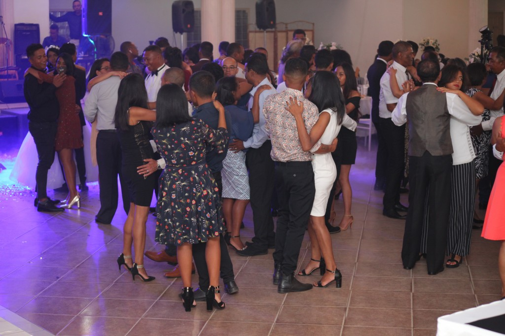 Ambiance-orchestre-salle-réception-mariage-Toavina-Mbola-espace-Colonnades (6)