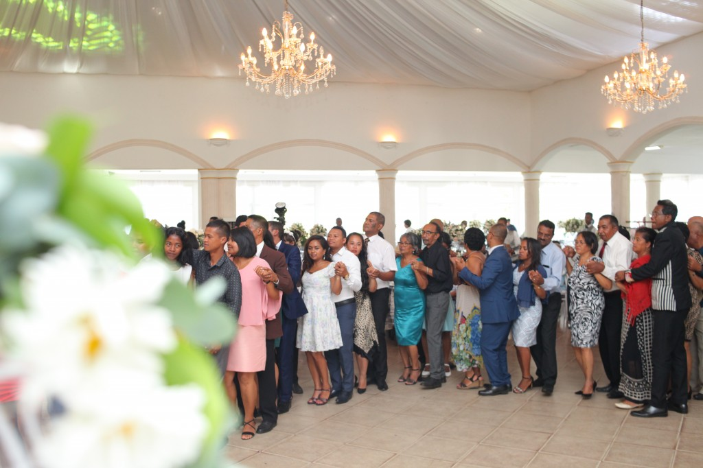 Ambiance-orchestre-salle-réception-mariage-Toavina-Mbola-espace-Colonnades (8)