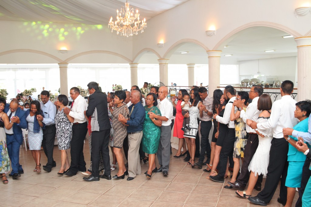 Ambiance-orchestre-salle-réception-mariage-Toavina-Mbola-espace-Colonnades (9)