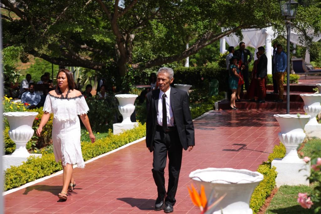 Arrivée-invités-jardin-mariage-Toavina-Mbola-espace-Colonnades (1)