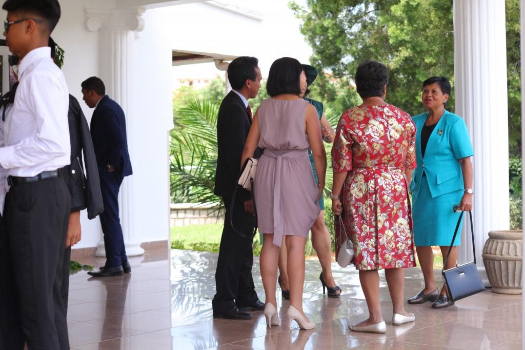 Arrivée-invités-jardin-mariage-Toavina-Mbola-espace-Colonnades (2)