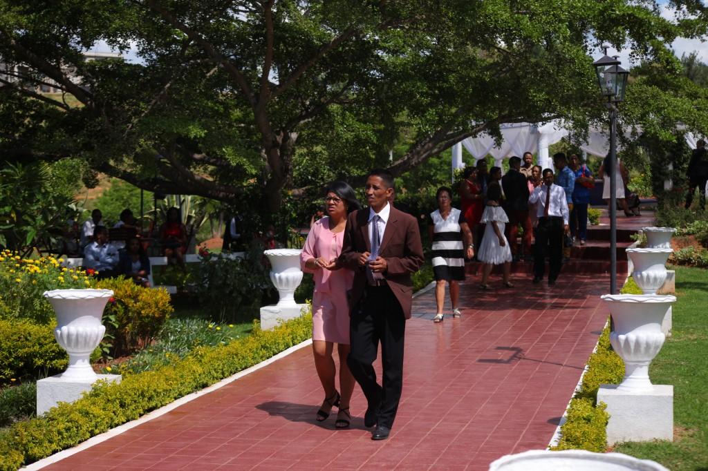 Arrivée-invités-jardin-mariage-Toavina-Mbola-espace-Colonnades (3)