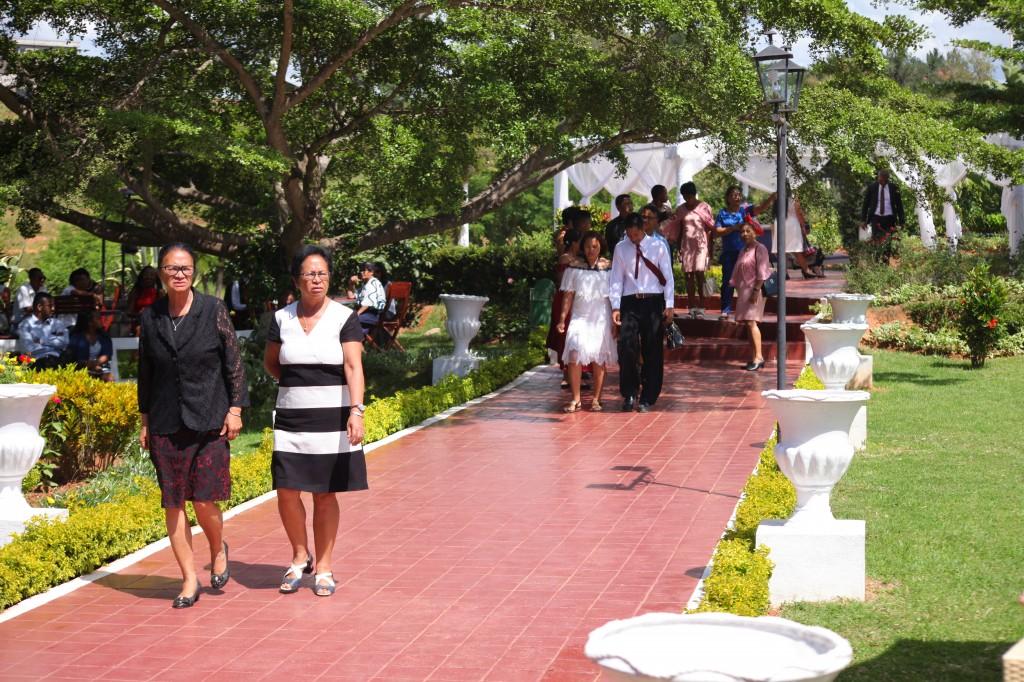 Arrivée-invités-jardin-mariage-Toavina-Mbola-espace-Colonnades (4)