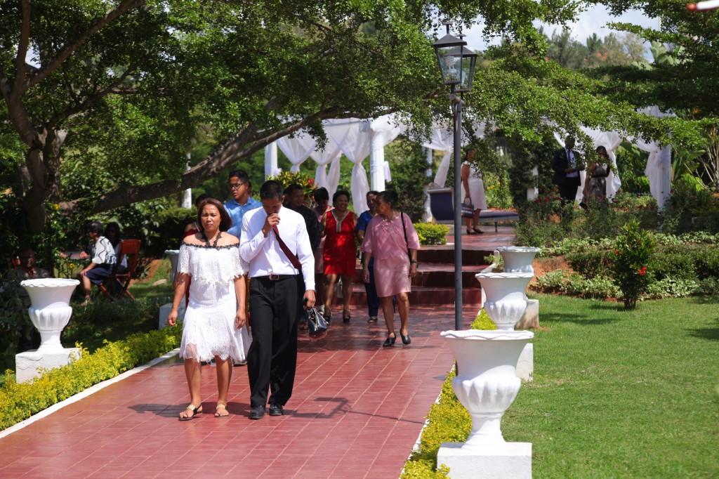 Arrivée-invités-jardin-mariage-Toavina-Mbola-espace-Colonnades (5)