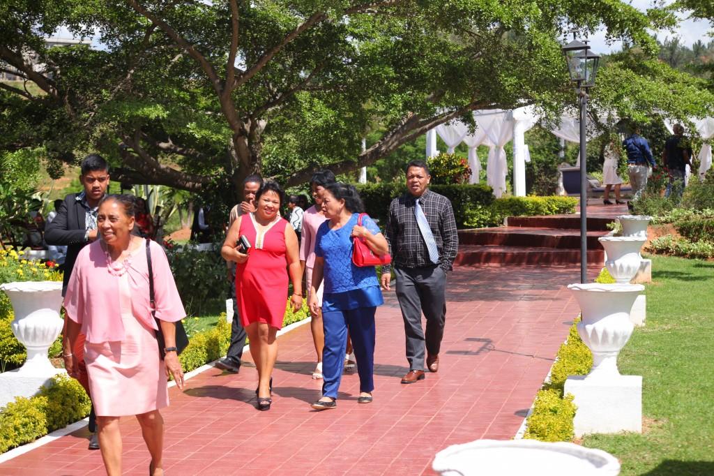 Arrivée-invités-jardin-mariage-Toavina-Mbola-espace-Colonnades (6)