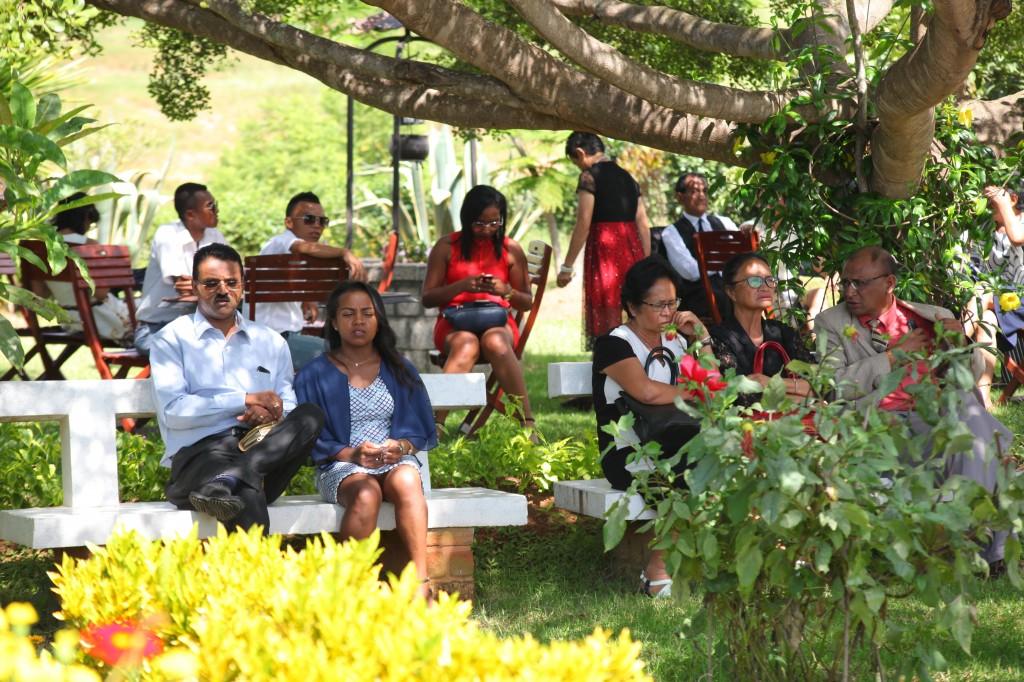 Arrivée-invités-jardin-mariage-Toavina-Mbola-espace-Colonnades (7)