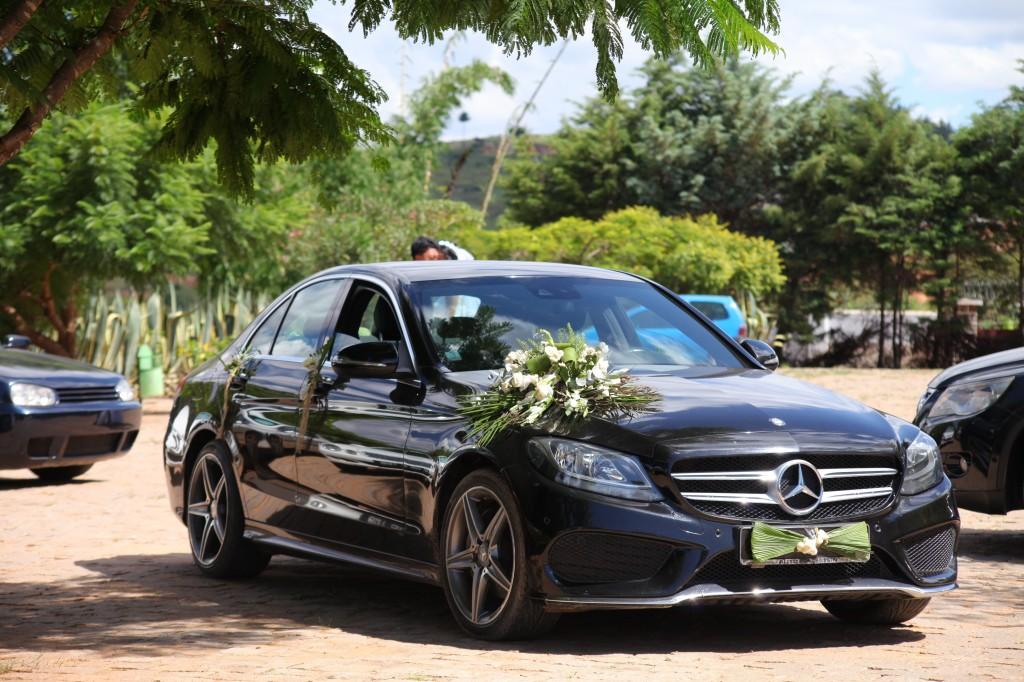 Arrivée-mariés-accueil-jardin-mariage-Toavina-Mbola-espace-Colonnades (1)