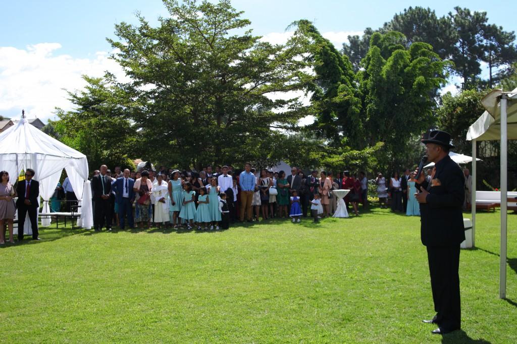 Arrivée-mariés-accueil-jardin-mariage-Toavina-Mbola-espace-Colonnades (10)