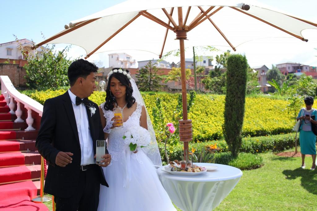 Arrivée-mariés-accueil-jardin-mariage-Toavina-Mbola-espace-Colonnades (11)