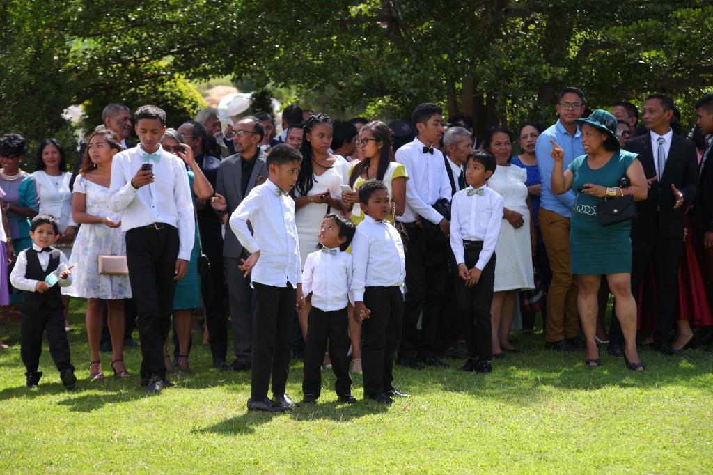 Arrivée-mariés-accueil-jardin-mariage-Toavina-Mbola-espace-Colonnades (3)