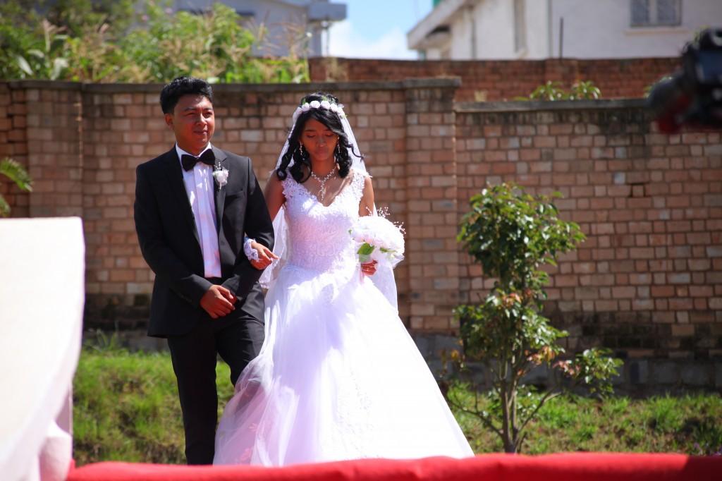 Arrivée-mariés-accueil-jardin-mariage-Toavina-Mbola-espace-Colonnades (4)