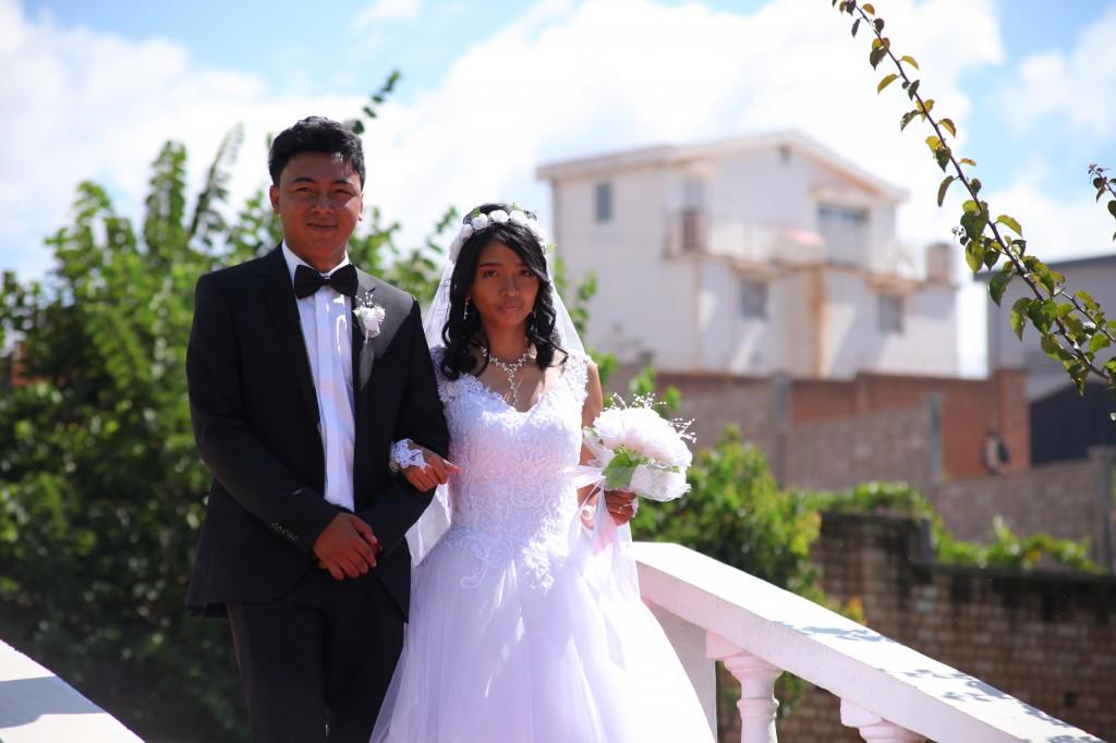 Arrivée-mariés-accueil-jardin-mariage-Toavina-Mbola-espace-Colonnades (5)